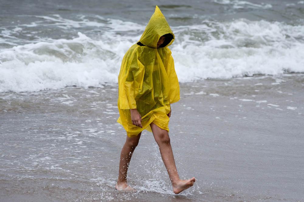 Pochmurny i deszczowy dzien na plazy w Debkach, Fot. Lukasz Dejnarowicz / FORUM
