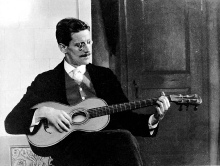James Joyce playing a guitar, 1915, photo: Cornell Joyce Collection/Wikimedia