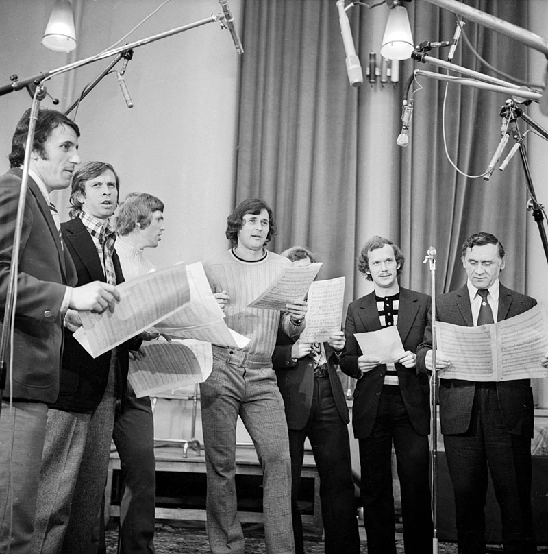 The 1974 team records a song at radio studio, including Jan Tomaszewski (centre) & Kazimierz Gorski (right), 1974, photo: Michał Kulakowski / REPORTER