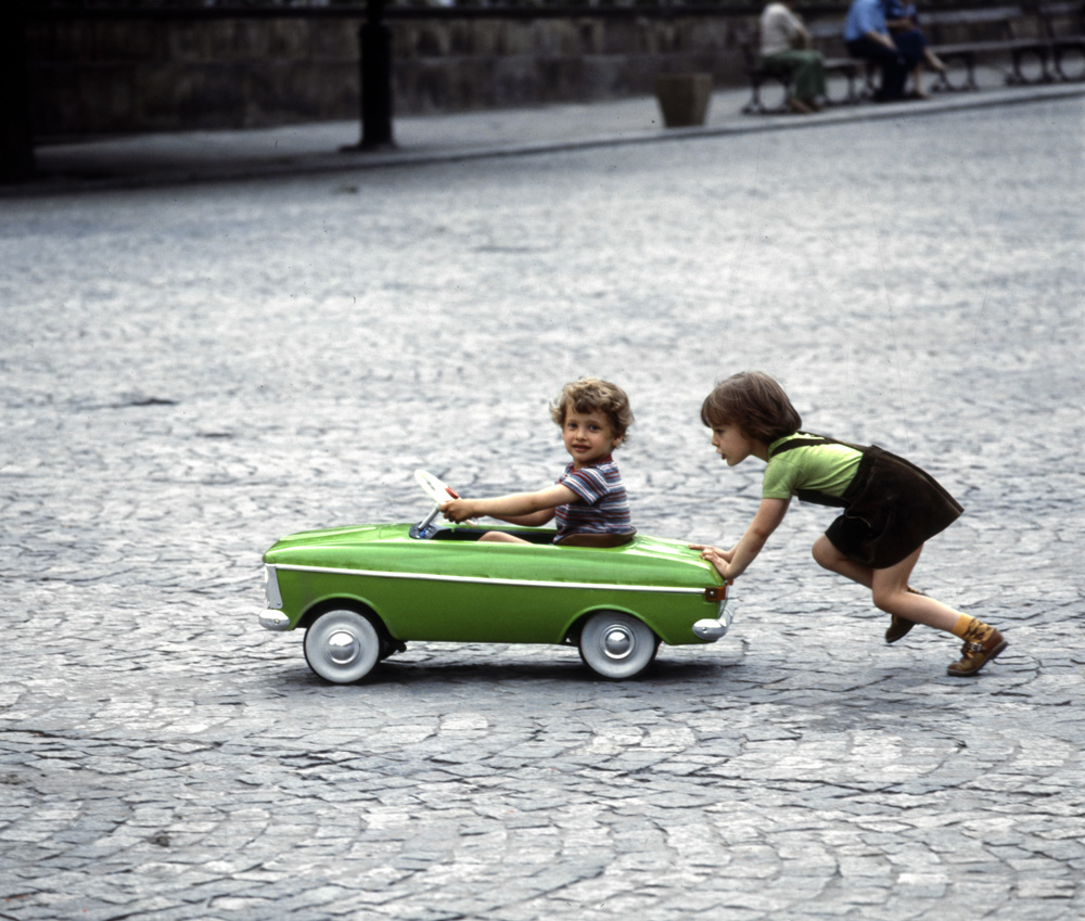 Kids playing with a car, Warsaw, 1970s, photo: Jerzy Michalski/Forum