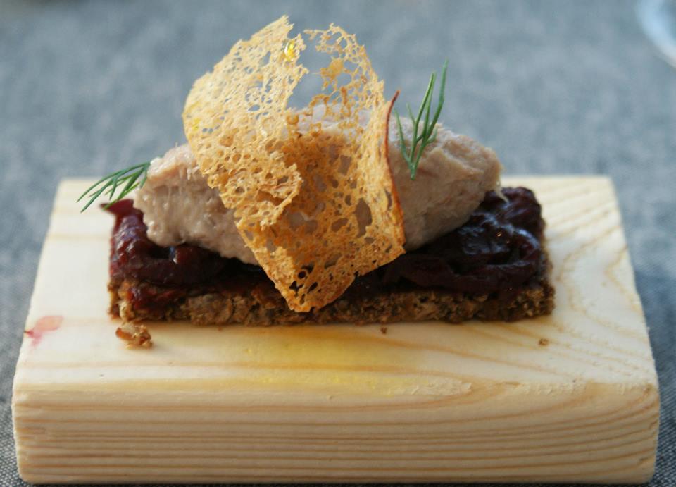 Amuse bouche goose rillettes on beetroot chutney on pumpernikl, photo: IAM