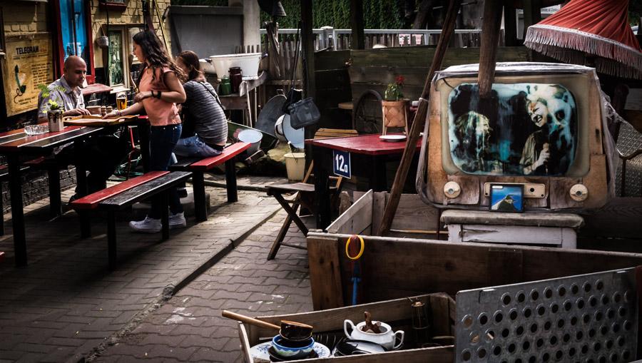 Посетители бара «Galeria Riksza», где можно пообедать среди старинных вещей, фото: Дэвид Теджер