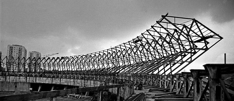 """Budowa hali sportowo-widowiskowej """"Spodek"""", 1967, Katowice, fot. Aleksander Jarosiński / Forum"""