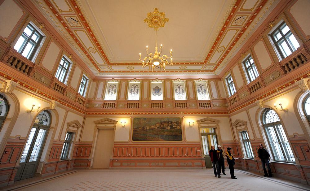 Odrestaurowane wnętrze zabytkowego Dworca Głównego w Przemyślu, fot. Darek Delmanowicz/PAP