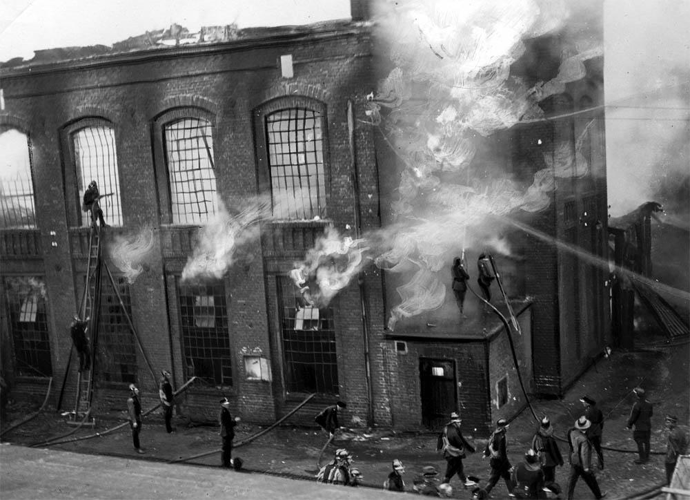 Franciszek Fiszer's factory in flames – a fire brigade intervention, 1935, photo: Jankowski St., Łódź/www.audiovis.nac.gov.pl (NAC)