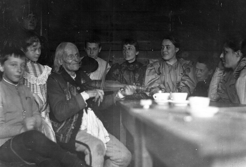 Sabała wśród rodziny Witkiewiczów (pierwszy od lewej młody S.I. Witkiewicz, chrześniak Sabały), ok. 1893, fot. Muzeum Tatrzańskie w Zakopanem