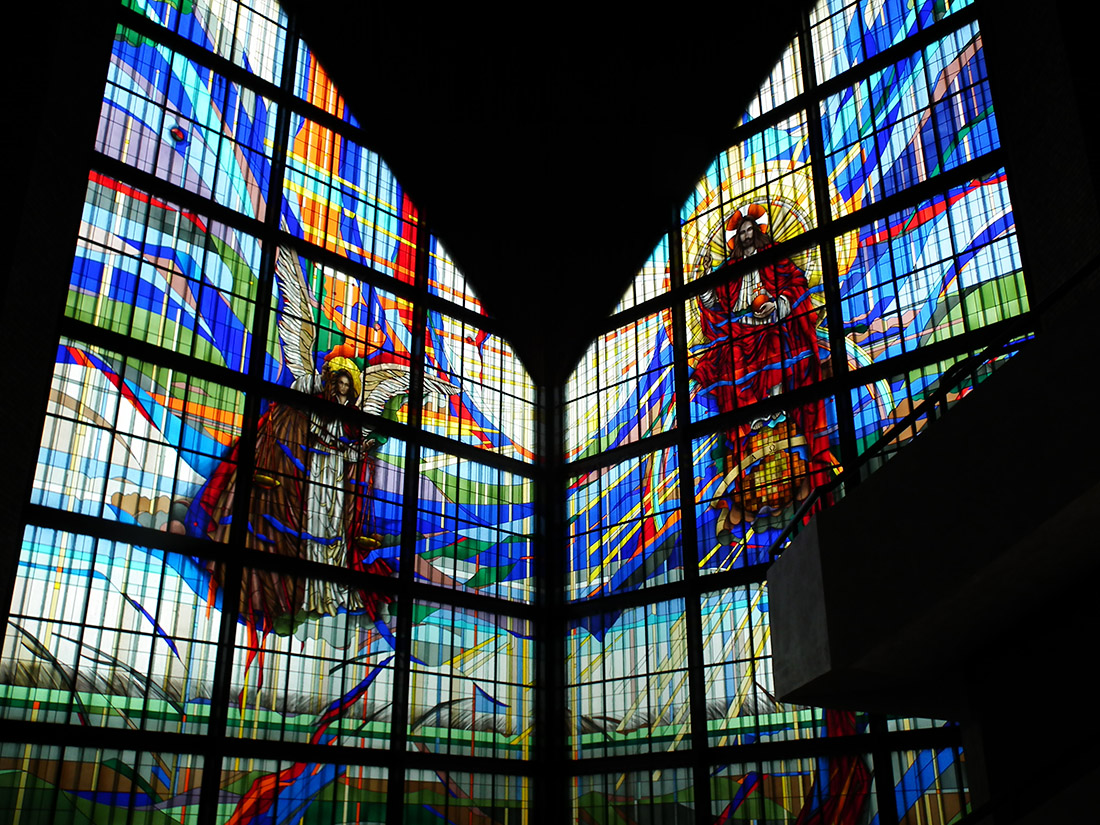 Witraż autorstwa Elżbiety i Andrzeja Bednarskich, Kościół Najświętszego Serca Jezusa Chrystusa, Rypin, fot. wikimedia.org