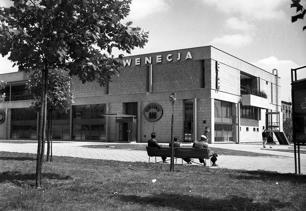 """Kombinat gastronomiczny """"Wenecja"""" w Warszawie, fot.lata 50. fot. E. Falkowski/CFK/Forum"""