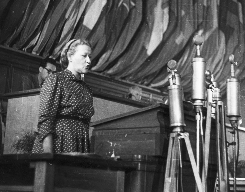 Helena Syrkusowa speaking at the World Congress of Intellectuals in Defense of Peace at the Wrocław University of Technology, 1948, photo: Jerzy Baranowski / PAP