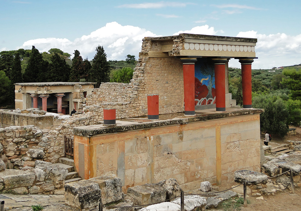 Castle of Knossos. The restored northern entrance with a fresco of a charging bull, photo: Bernard Gagnon/Wikipedia.org