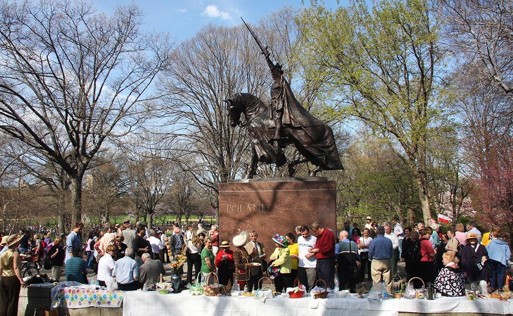 Poles celebrate Easter under the statue of Jagiello in Central Park, NYC; photo: Zosia Zeleska-Bobrowski/Reporter
