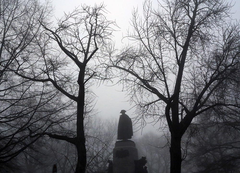 The statue of Poland's General Thaddeus Kosciuszko is enveloped in the early morning fog in Lafayette Park across from the White House in Washington, photo: Jacquelyn Martin/AP/PAP
