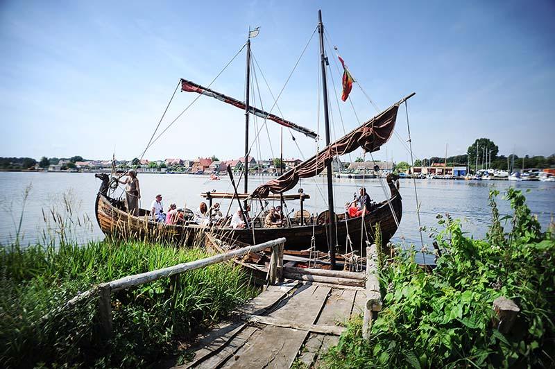 Rekonstrukcja osady Wikingów na wyspie Wolin, fot. Dariusz Gorajski / Forum