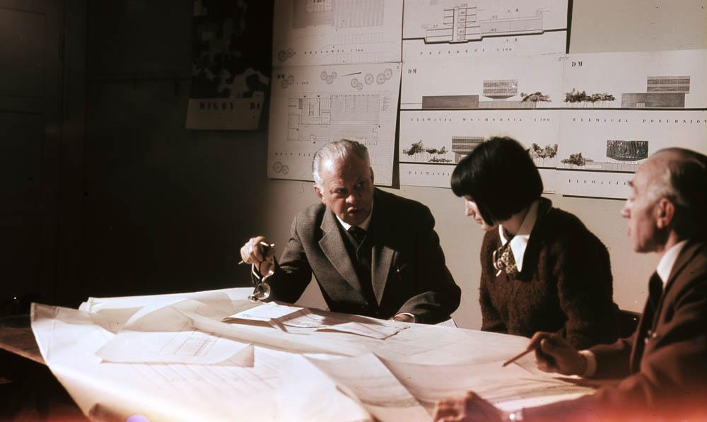 Bohdan Pniewski (pierwszy od lewej) podczas wykladu na Wydziale Architektury Politechniki Warszawskiej, fot. Zbyszko Siemaszko / Forum