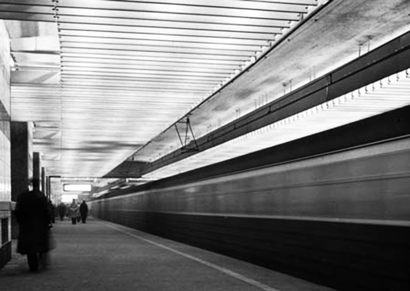 A train races past a platform at Warszawa Śródmieście station, a building designed by Jerzy Sołtan and his team, photo: ZAB ASP archive