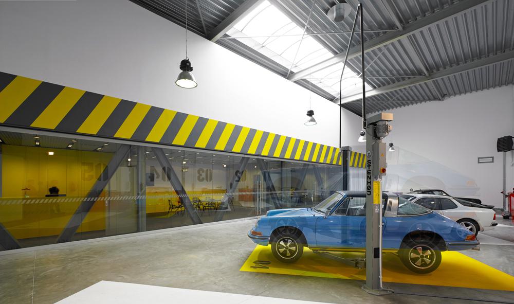 Wnętrze biura działającego... w garażu, projekt: Ultra Architects / Marcin Kościuch i Tomasz Osięgłowski, fot. © Jeremi Buczkowski
