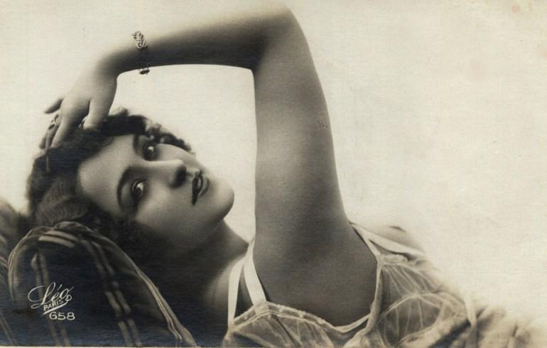 Kobieta w bieliźnie, 1920, fot. zbiory Biblioteki Narodowej (Polona),  www.polona.pl