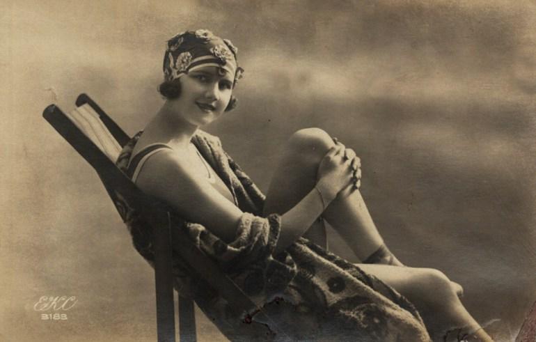 Kobieta siedząca na leżaku, 1920,  fot. zbiory Biblioteki Narodowej (Polona),  www.polona.pl