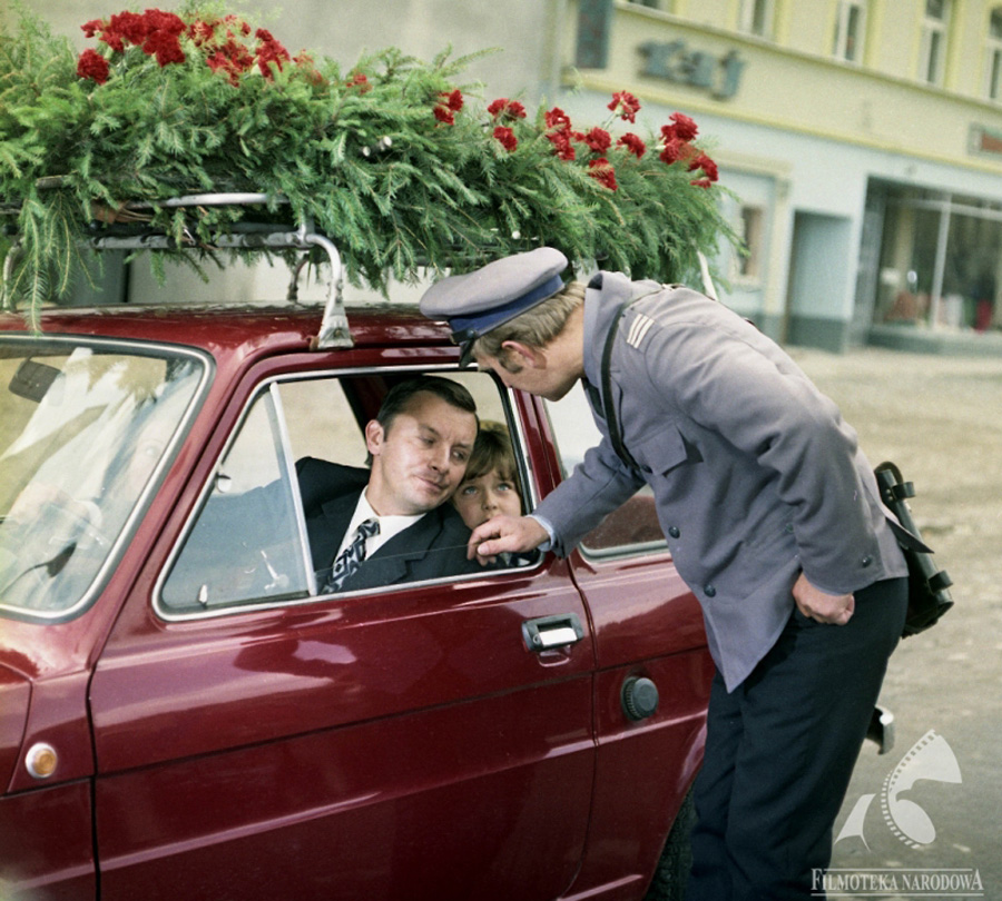 A courteous bow was required to talk to a driver in a Maluch, scene from Nie ma mocnych (Take it Easy), photo:  Studio Filmowe Kadr / Filmoteka Narodowa/www.fototeka.fn.org.pl