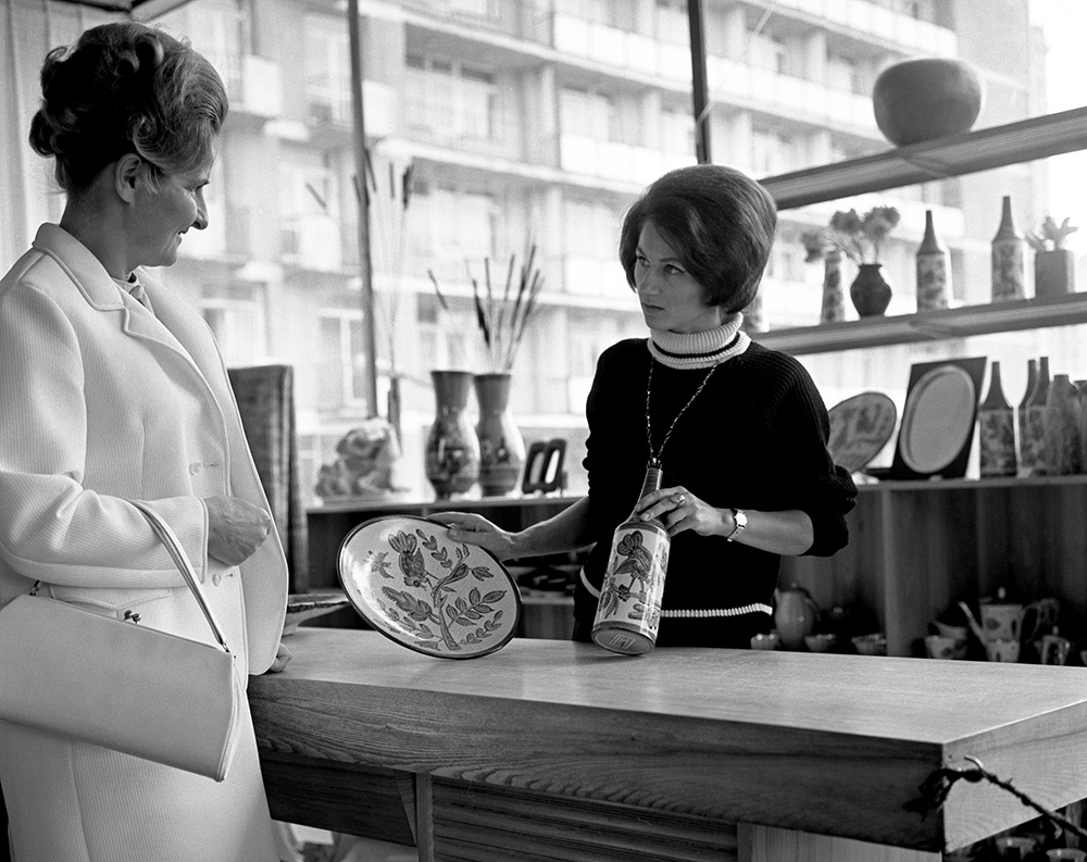 A customer looking at items for sale at Cepelia, Warsaw, 1968, photo: Andrzej Wiernicki / Forum