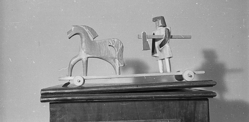 Wyroby rzemiosła artystycznego. Na zdjęciu: zabawka drewniana, 1947, fot. PAP