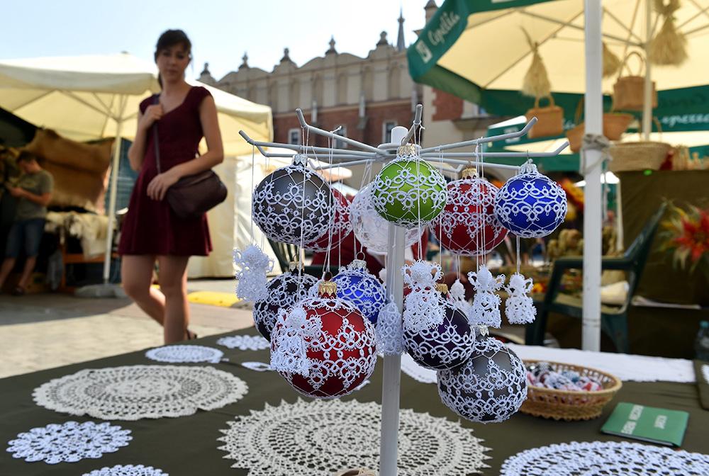 Międzynarodowe Targi Sztuki Ludowej rozpoczęły się na Rynku Głównym w Krakowie, fot. Jacek Bednarczyk/PAP