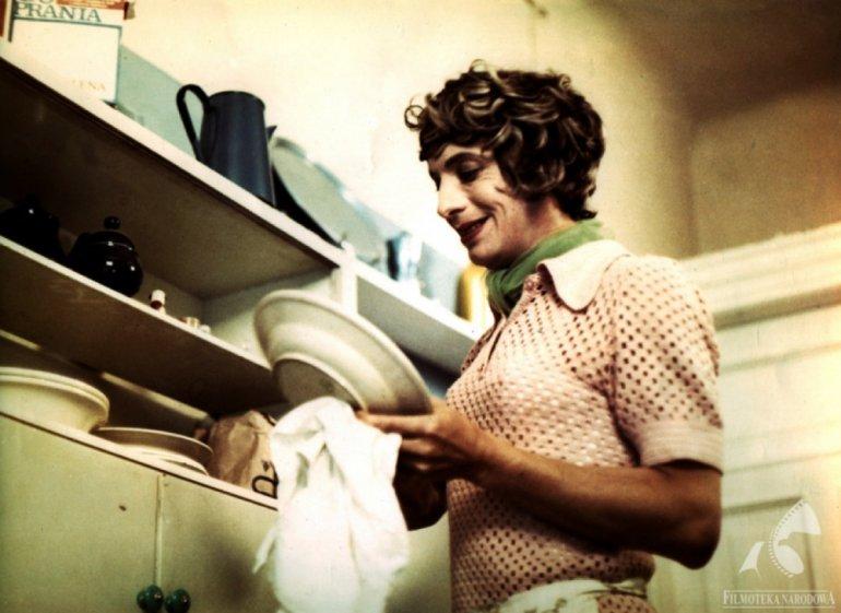 """Kadr z filmu """"Poszukiwany, poszukiwana"""" w reżyserii Stanisława Barei, 1972, fot. Studio Filmowe Kadr / Filmoteka Narodowa / www.fototeka.fn.org.pl"""
