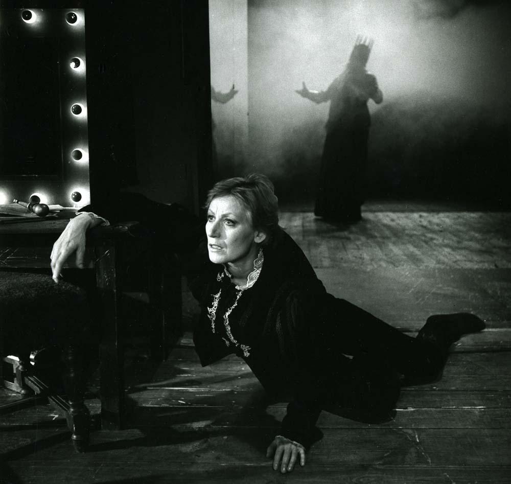 """Teresa Budzisz-Krzyżanowska w przedstawieniu """"Hamlet IV"""" w reżyserii Andrzeja Wajdy, 1989, fot. Wojciech Plewiński / Teatr Stary w Krakowie"""