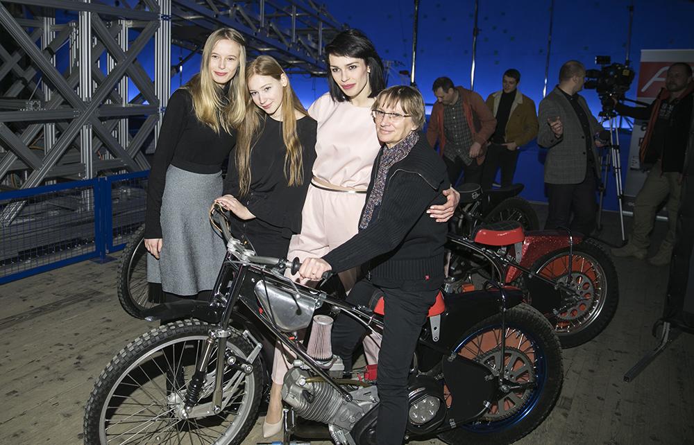 A photo from the set of Speedway, directed by Dorota Kędzierzawska. Pictured: Karolina Gołębiowska, Jagoda Porębska,  Żaneta Labudzka and Dorota Kędzierzawska, 2017, Wrocław, photo: Leszek Kotarba/East News