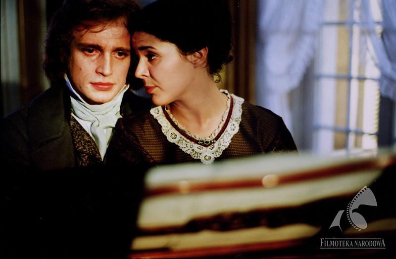 """Kadr z filmu """"Chopin. Pragnienie miłości"""", reżyseria: Jerzy Antczak, 2002. Na zdjęciu: Piotr Adamczyk, Bożena Stachura , fot. Agnieszka Piotrowska  / Filmoteka Narodowa/www.fototeka.fn.org.pl"""