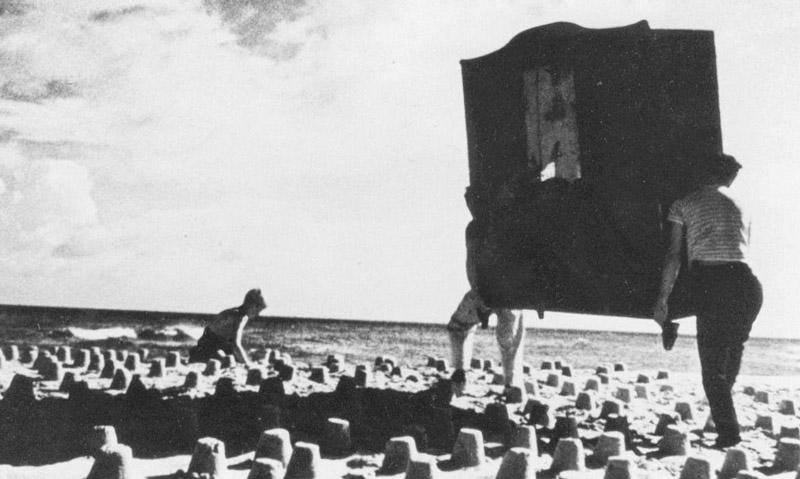 """Kadr z filmu  """"Dwaj ludzie z szafą"""", reżyseria: Roman Polański,  1958, fot. PWSFTviT w Łodzi"""