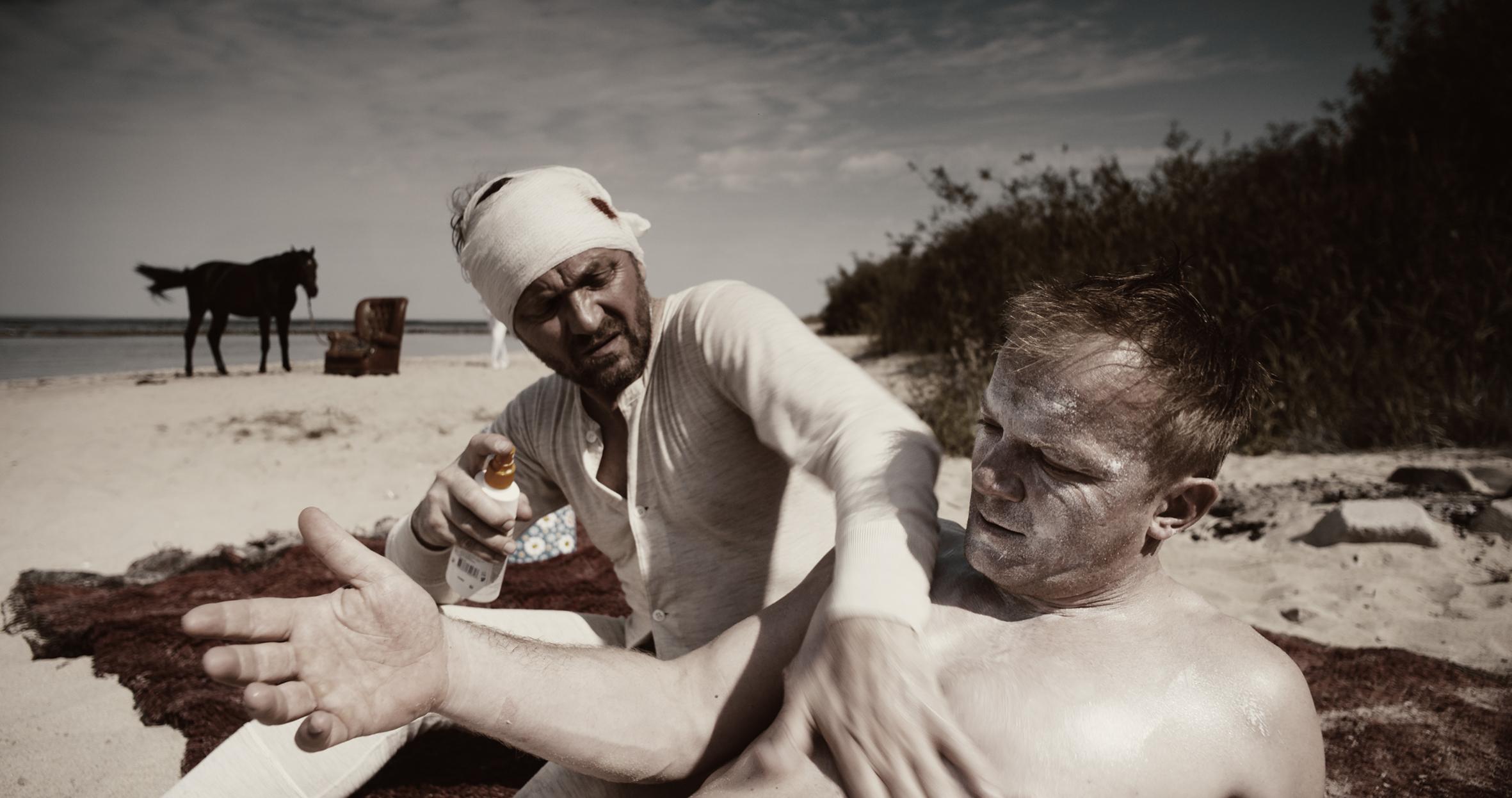 """Kadr z filmu """"Molehill""""; na zdjęciu: Andrzej Chyra, Eryk Lubos; fot. dzięki uprzejmości artystki"""