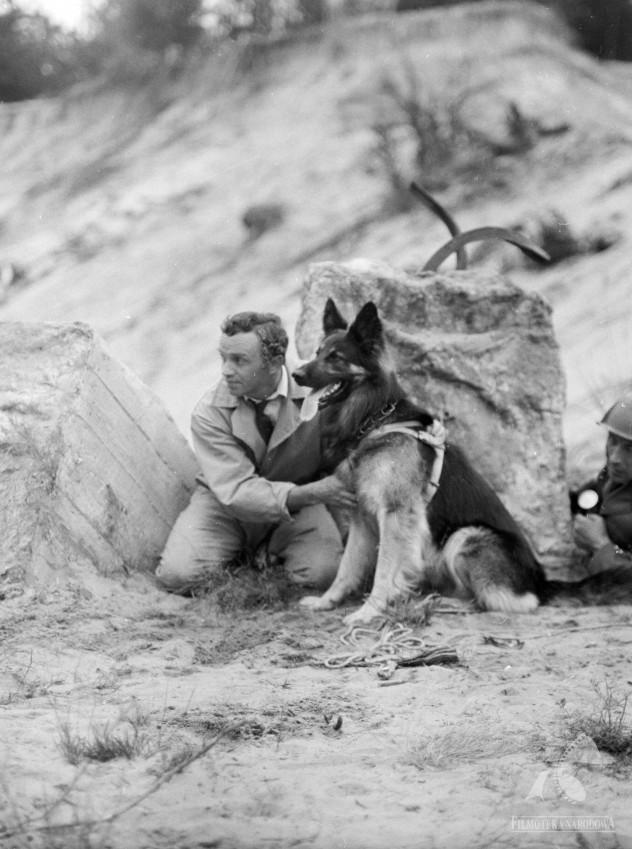 """Kadr z serialu """"Przygody psa Cywila"""" Krzysztofa Szmagiera, fot. Renata Pajchel / Fototeka Filmoteki Narodowej. www.fototeka.fn.org.pl"""