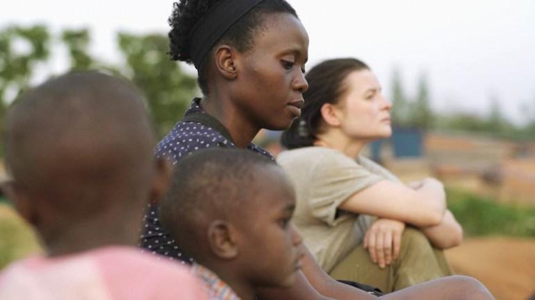 """Elaine Umuhire i Jowita Budnik w filmie """"Ptaki śpiewają w Kigali"""" Joanny i Krzysztofa Krauzów, fot. materiały prasowe"""