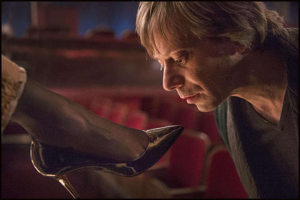 """Emmanuel Seigner i Mathieu Amalric w filmie """"Wenus w futrze"""" Romana Polańskiego, fot. Monolith Films."""