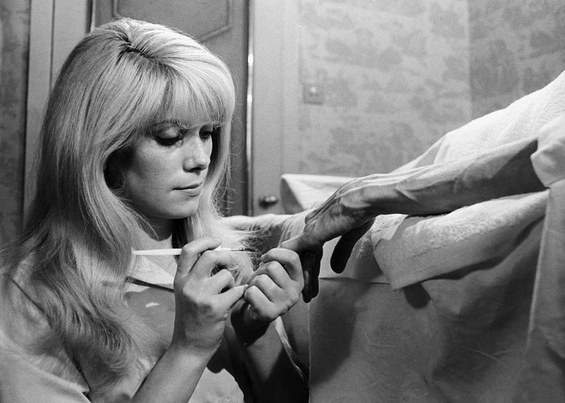 """Kadr z filmu """"Wstręt"""", reżyseriia: Roman Polański, 1965. Na zdjęciu: Cathérine Deneuve, fot. Rue des Archives/DILTZ / Forum"""