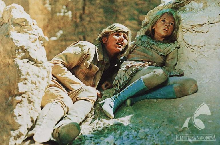 """Kadr z filmu """" W pustyni i w puszczy """", 1973, reżyseria:  Władysław Ślesicki. Na zdjęciu: Monika Rosca i Tomasz Mędrzak,fot. Studio Filmowe Kadr / Filmoteka Narodowa/www.fototeka.fn.org.pl"""