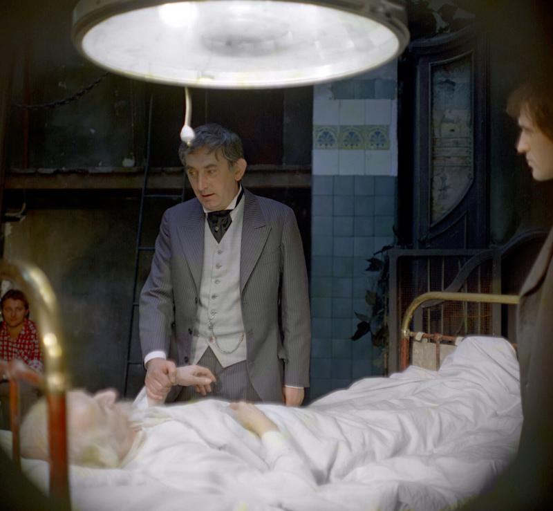 """Kadr z filmu """"Sanatorium pod klepsydrą"""". Na zdjęciu: Gustaw Holoubek., fot. Polfilm / East News"""