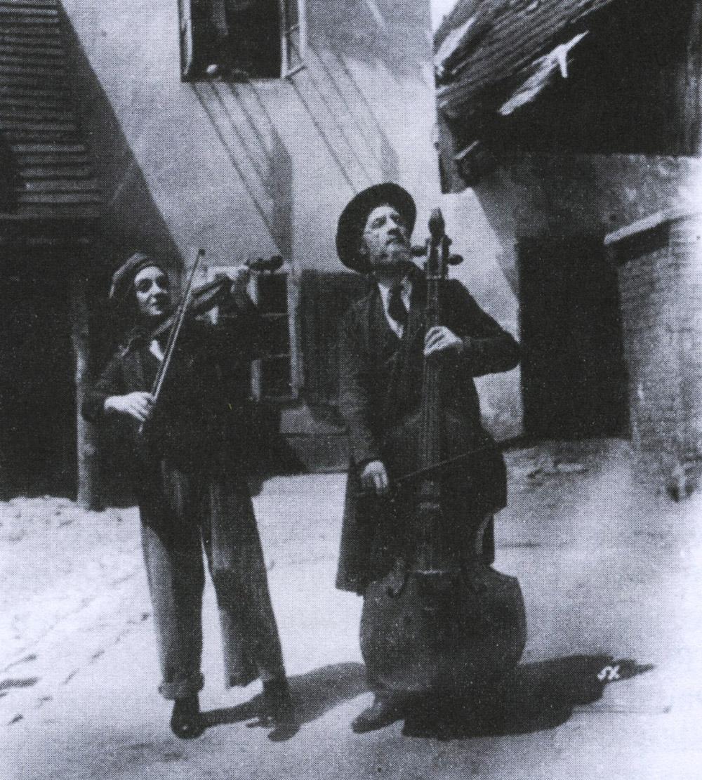 """Kadr z filmu """"Judeł gra na skrzypcach"""", fot. za Natan Gross, """"Film żydowski w Polsce"""", wyd. Rabid."""