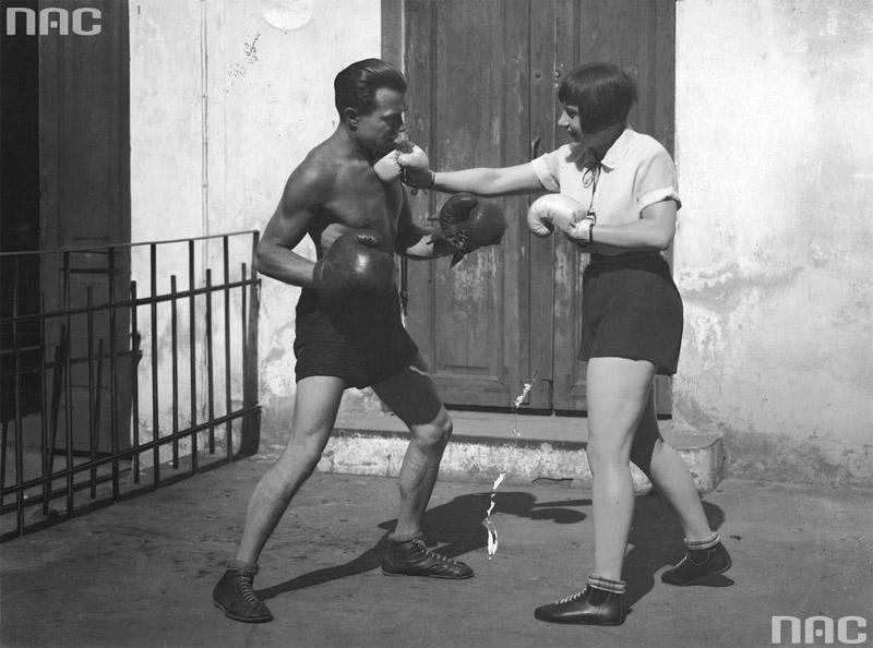  Zula Pogorzelska i bokser francuski Georges Carpentier podczas pozorowanej walki, 1926, fot. Ilustrowany Kurier Codzienny / www.audiovis.nac.gov.pl (NAC) 