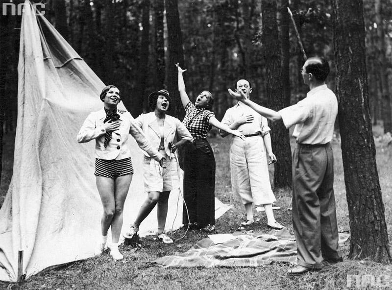 """Artyści kabaretu """"Cyganeria"""", od lewej: Lena Żelichowska, Zula Pogorzelska, Dora Kalinówna, Konrad Tom i dyrygent Zdzisław Górzyński, 1933"""