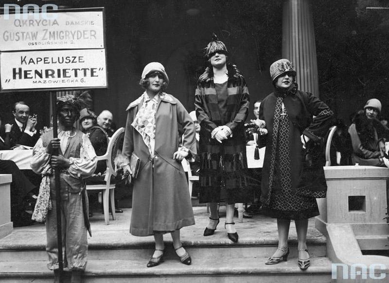 Aktorki Kazimiera Skalska (z lewej), Janina Macherska (w środku) i Zula Pogorzelska jako modelki podczas pokazu mody, 1925