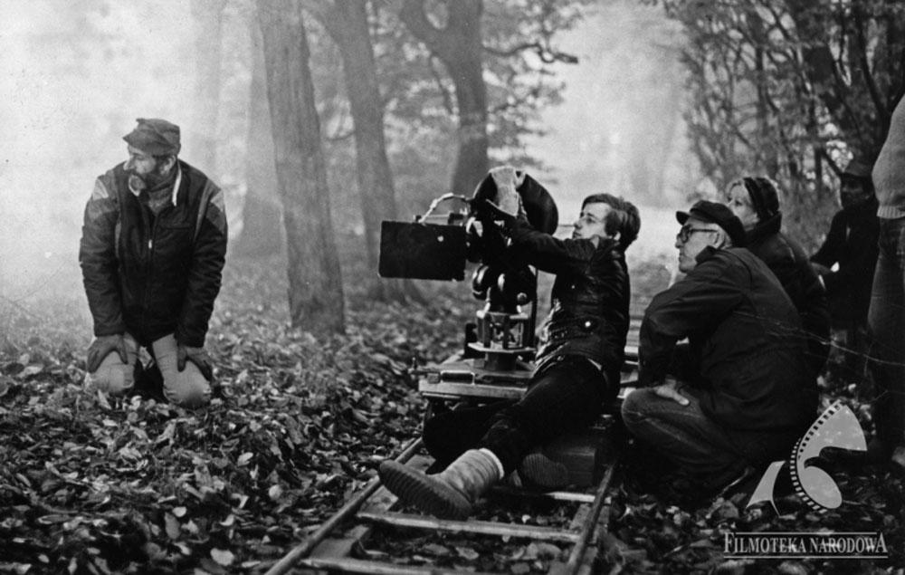 """Piotr Sobociński (operator kamery) na planie filmu """"Widziadło"""", 1983 fot. Filmoteka Narodowa/www.fototeka.fn.org.pl"""