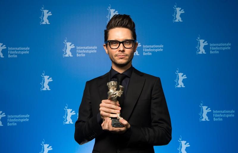 Tomasz Wasilewski z nagrodą podczas 66. Międzynarodowego Festiwalu Filmowego w Berlinie, fot. Bernd von Jutrczenka / AFP / East News