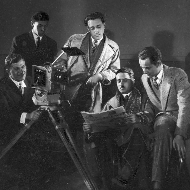 Zespół filmowy w składzie: operator filmowy Juliusz Mars, operator filmowy Ferdynand Vlasak, asystent reżysera Michał Waszyński (w środku), reżyser Henryk Szaro (2. z prawej) i aktor Zbigniew Sawan (1. z prawej), fot. Narodowe Archiwum Cyfrowe, audiovis.nac.gov.pl