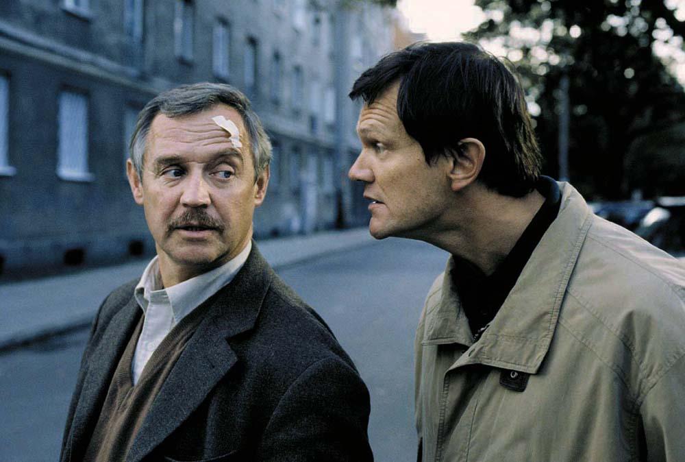 """Kadr z filmu """"Dzień świra"""" w reżyserii Marka Koterskiego, 2002. Na zdjęciu: Marek Kondrat i Cezary Pazura., fot. dzięki uprzejmości Vision Film"""