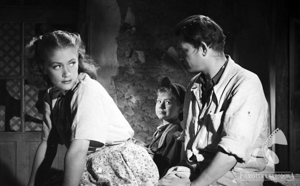 """Alina Janowska w filmie """"Powrót"""", reżyseria: Zeman Bořivoj, 1948, fot. Studio Filmowe Kadr/ Filmoteka Narodowa/www.fototeka.fn.org.pl"""