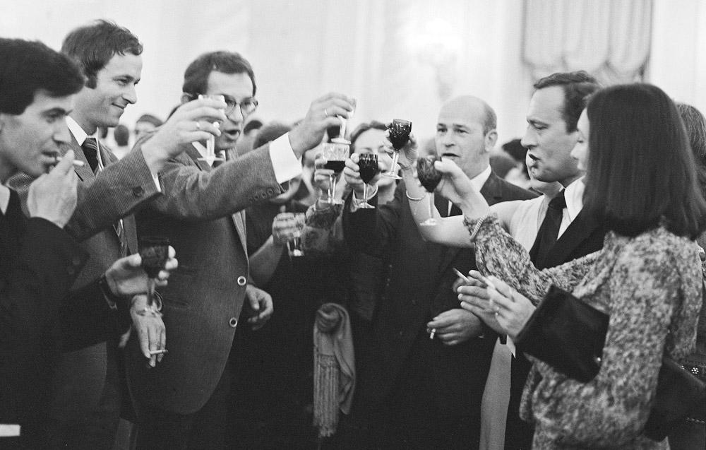 """Moscow, 1979. Krzysztof Kieślowski (third from the left) at the Kremlin drinking a toast with friends in honour of the success of the film """"Amateur"""". Amongst the guest are Wojciech Marczewski, Krzysztof Mętrak, photo: Jerzy Kośnik / Forum"""