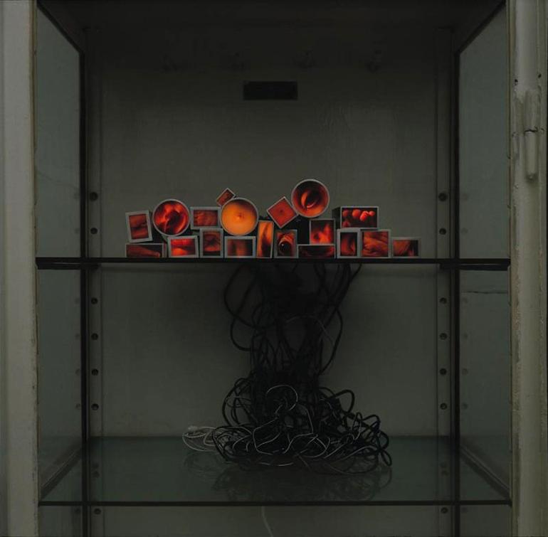 """Konrad Kuzyszyn, detal instalacji fotograficznej """"Obiekty istnienia"""", 1995-96, fot. dzięki uprzejmości artysty"""