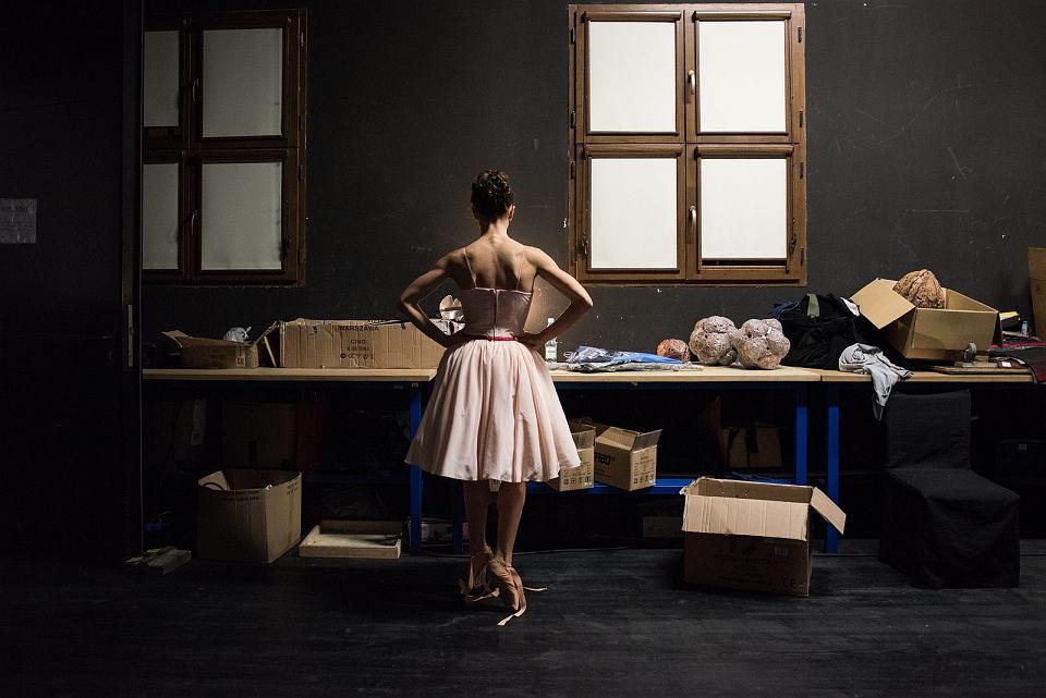 Ksenia Neumets przygotowuje się do próby generalnej baletu Dziadek do orzechów', Opera na Zamku w Szczecinie, fot. Piotr Gamdzyk/materiały konkursowe